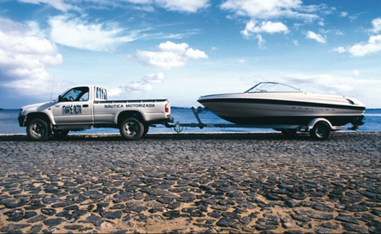 Um condutor com a carta de condução da categoria BE pode conduzir tratores agrícolas com reboque, desde que a massa máxima autorizada do conjunto não exceda 6000 kg.