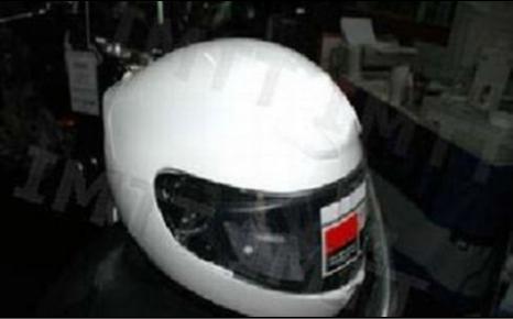 Durante a condução, o motociclista é obrigado a utilizar:
