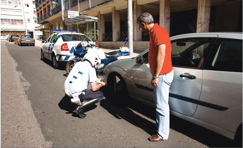 O presidente da Autoridade Nacional de Segurança Rodoviária pode ordenar a cassação da carta de condução ao condutor que, num período de cinco anos, pratique: