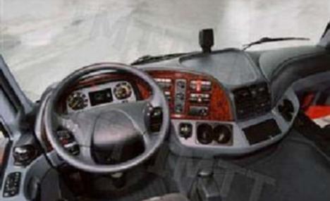 A luz avisadora de cor azul violeta escuro que aparece no painel de instrumentos dos automóveis, serve para indicar ao condutor que: